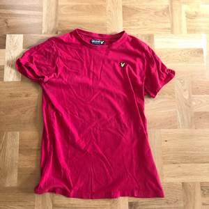 En fin Lyle Scott T-shirt i stark röd färg, ej vinröd! Inköpt i början av 2020, använd en del men fortfarande bra skick. Strl 15/16 = S i herrstrl. Nypris: 700kr. Pris: 100kr!