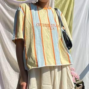 Jättesnygg GuessxAsap Rocky t-shirt köpt i guess butik och sedan avklippt🌼 storlek xxl men visas på mig som vanligtvis har storlek M🥰 bara att höra av er för fler bilder eller liknande🌼🌼