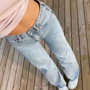Fina väldigt långa, högmidjade ganska baggy jeans. Nypris 500kr. Storlek 25/34 vilket typ motsvarar ett par långa storlek 36. Inte särskilt mycket använda då de är lite små på mig☺️☺️