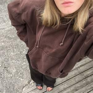 Brun hoodie från weekday, jättenajs passform. Lappen är avklippta men tror det är storlek S (boxig och oversized modell) Finns en missfärgning på ena axeln som man knappt tänker på, se sista bilden (lite som de en cool detalj istället) 💓