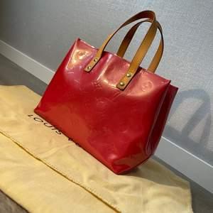 LOUIS VUITTON VÄSKA I MODELL MONOGRAM VERNIS!  Säljer denna unika Louis Vuitton väska, väldigt fin färg. Ny skick, sparsamt använd  Inga skador eller slitage!  Serienummer - MIIO15