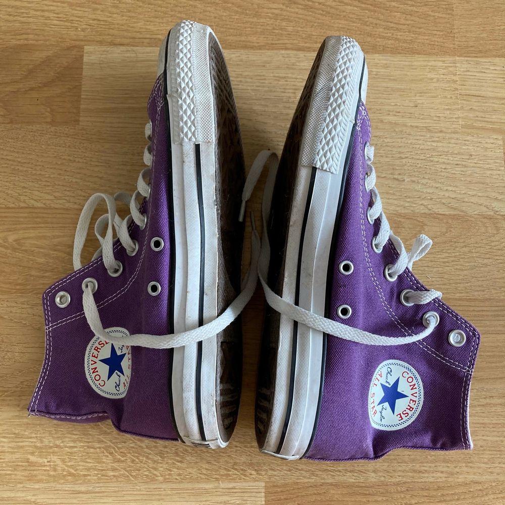 lila converse, endast använda ett fåtal gånger så de är i väldigt fint skick! frakt kostar 66kr extra och är spårbar <3. Skor.