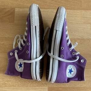 lila converse, endast använda ett fåtal gånger så de är i väldigt fint skick! frakt kostar 66kr extra och är spårbar <3