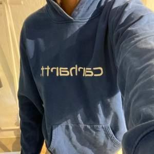 Blå hoodie från Carhartt strl L (passar s/m).
