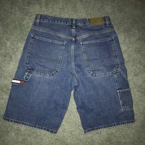 Dunder baggy tommy hilfiger shorts, ganska långa, fett gang🔥