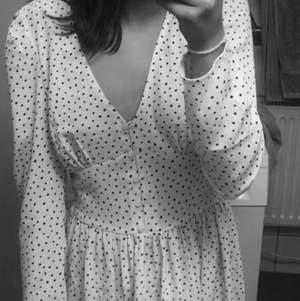 Hejsan, säljer denna söta långklänningen från monki. Den är aldrig använd och det är just därför jag säljer den, klänningen har en superfin slits och ifall ni skulle vilja ha fler bilder så är det bara att kontakta mig.