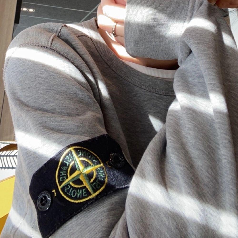 Säljer min stone island tröja som är köpt i Stockholm på NK 2019❤️🔥använd några gånger men super fint skick på den💓köptes för 2000! Passar både tjejer och killar!!!. Huvtröjor & Träningströjor.