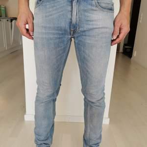 Jeans från Tiger of Sweden endast använda ett fåtal gånger i storlek 32/32 slim fit. Jag kan mötas upp runt Alingsås alternativt skicka om det hellre önskas.