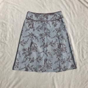 Vintage kjol 90/00-tal från veromoda med pressveck. Jättefin med mönster i babyblue och ljusbrunt. Materialet är lite stelare, liknar canvastyg. Strl 36. Stängs med dragkedja i sidan. + frakt 50 kr 💫  Se även mina andra annonser, jag samfraktar gärna 💫