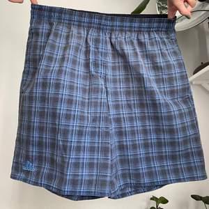 Riktigt najs shorts från adidas! Snöre i midjan. Frakt är inräknat i priset :)