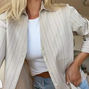 Säljer denna snygga skjorta som är som en M i storleken. Den sitter lite oversized och är som rejälare skjorta eller overshirt. Så fin men använder aldrig så tänkte kolla intresset här! 😄 Buda i pm till mig. Säljer direkt för 300kr