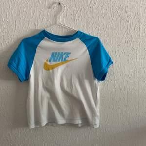 T-shirt från nike jag köpt på plick. Säljer då det inte är min stil. Skulle säga att den sitter som en xs/s. 80 kr + 24 kr frakt (ev 48 kr, meddelar innan)