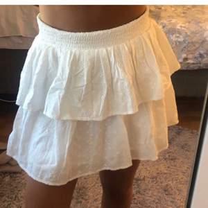 Lägger upp igen pga oseriös köpare. Säljer en jättesöt vit kjol från Kappahl i storlek 170 (motsvarar ca strl S). Nypris 200 kr, helt oanvänd med lapp kvar❤️ lägg inga oseriösa bud
