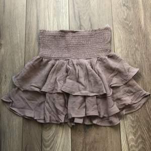 Söt kjol, säljer då den är lite kort för mig som är 173 , endast testad 😇 köparen står för frakten
