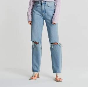 Säljer dom här fina jeansen som jag köpte i vintras, dom är i bra skick! Det är bara att skriva om du vill ha fler bilder på jeansen!❤️😃