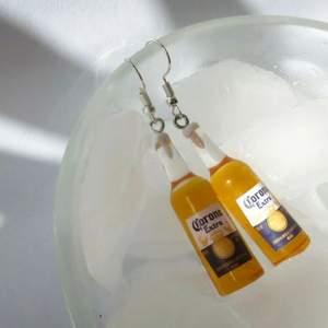 🍻 Corona Örhängen, frakt: 14kr 🍻  * Alla örhängen går även att göras till halsband för 15kr billigare⚡️ 💜TILLFÄLLIGT: köp 2 par örhängen och få ett tredje par gratis!!💜