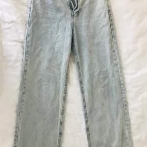 Hej, denna jeans är helt oanvänd från Shein i strl M. Jättefina jeans i färgen ljusblå, sitter bra runt benen och dessutom perfekta längden för mig (163cm). Vit topp på denna jeans hade sett dunder ut med lite smycken. Som sagt så är dessa jeans helt oanvända och där med också kommer i sin Shein påse. Jeansen har två fickor där bak o fram. Varför jag inte vill använda denna jeans är för att det inte riktigt är min still och försöker experimentera och hitta mig fram till just min still😄.