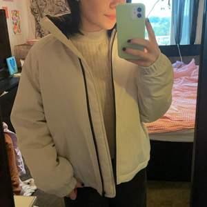 Helt oandvänd jacka köpt på carlings förra året! Super fin och varm! Den är lite off white i färgen!