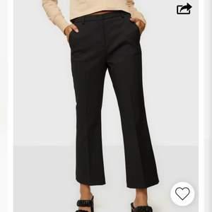 """Säljer VÄRLDENS finaste kostymbyxa. Aldrig använda då dem var för stora. Köpte en storlek mindre och har aldrig haft så perfekta kostymbyxor. Produkten heter """"Caroline kick flare pants"""" om man vill se fler bilder. Nypris 1600kr. Säljer för 750kr"""