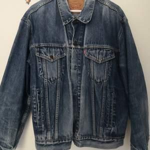 Fantastisk jeansjacka från Levis i den mest fantastiska vintageblåa färgen😍😍🙏🏼 i fint vintageskick, inga skador eller fläckar! FYNDA. Från 90talet.
