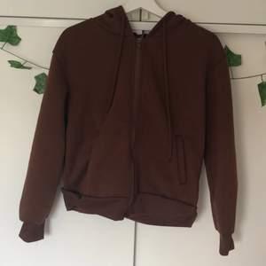 Brun zip hoodie till salu. Så skönt material och väldigt mysig. Säljs pga garderobsutrensning. Använd runt 3 gånger. Inget synligt slitage 💞🌸⚡️🤍 Stolek 36 men oversize💕