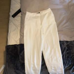Säljer även ett par vita kostymbyxor likadana som det svarta. De har inte heller kommit till användning på 1 år och därför säljer jag dem nu. Budgivning från 150kr ordinarie pris 350 kr. ( OBS köpare står för frakten ifall frakt behövs)