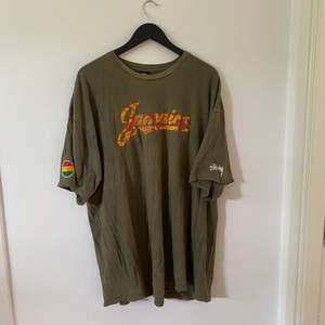 Vintage stussy t-Shirt - 1990s Storlek XXL men sitter som XL.