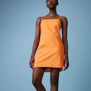 Sjukt fin och somrig linneklänning i orange färg. Så fin färg nu i sommar o speciellt när man är brun 😍🤎 Prislappen sitter kvar så den är helt i nyskick. Storlek 36, går även att spänna in och ut banden i ryggen. 💖