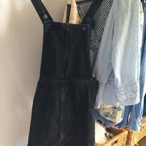 Svartsuperfin jeansklänning från monki. Väldigt skön och superfin att ha nu i sommar. Jag är 1,70 och den blir lite kort på mig. ☀️⚡️⚡️  fråga om foton så skickar jag med den på. Pris kan diskuteras