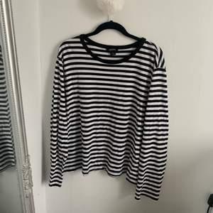 En randig långärmad tröja från Monki i storlek L🖤 Tycker att den är oversize och passar säkert bra på en S och M också!🤍 Väldigt trendig just nu med randigt och den är super mysig, har ett mjukt material! Fraktas för 50kr!!🤩⚡️