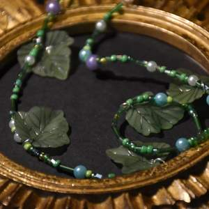 Ett grönt pärlhalsband med löv.