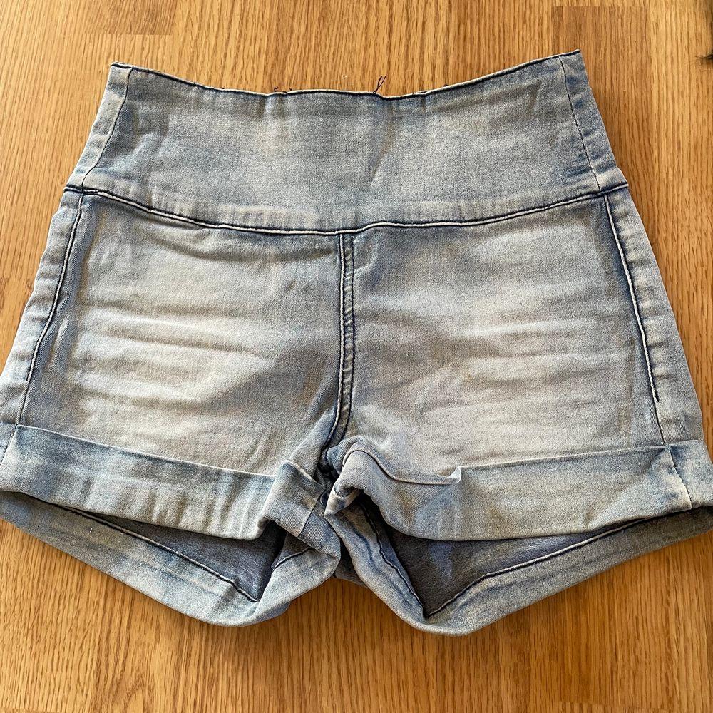 Super fina jeans shorts i stl XS/34. De har en jätte fin detalj att dragskedjan är på baksidan och är jätte sköna. säljer för att dom tyvärr inte kommer till användning. Buda i chatten nedan ledande bud 100kr.  (Köparen står för frakten)💗. Shorts.