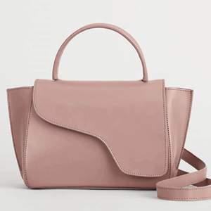 Jag säljer min fina puderbeiga ATP-väska i modellen AREZZO. Nypris 4200 kr.