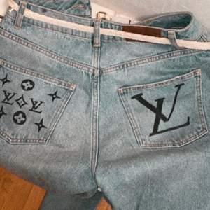 Handmålade jeans av mig🦋luis vuitton inspirerat! Själva jeansen är i storlek M och inköpta för ca 500kr på NA-KD. möts eller fraktar (frakt tillkommer men har inte vägt/kollat pris på det än❤️)