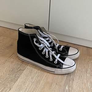 Säljer mina svarta converse då de va fel storlek för mig. Strl 40, men passar också 39. Allt är helt och rent. Budgivning vid fler intresserade
