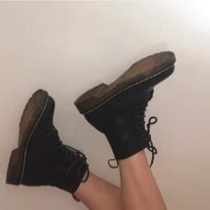 Skit snygga och populära skor som gör en tråkig look helt perfekt, storlek 39 använda en gång, säljer då de ej kommer till användning längre och vill att de ska användas och vårdas väl❤️☺️ Säljer åt en vän <3
