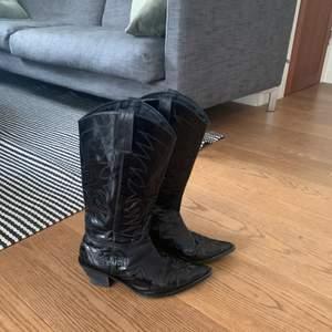 Balla cowboy boots!!🖤 ETT MÅSTE TILL HÖSTEN😍 Mycket fint skick!! Står ej märke men känns väldigt rejäla! Jag har storlek 38 å det passar mig men skorna är 37:) Köparen står för frakt, LÄGG BUD PRIVAT:) HÖGSTA BUD: 310 KÖP 499