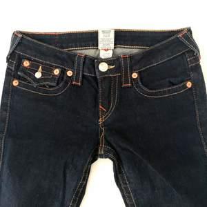 par true religion jeans jätte snygg men tyvärr kmr nt till användning! Low waist och bootcut 🙌🏻🥶 midjemått är 39, innerben 74