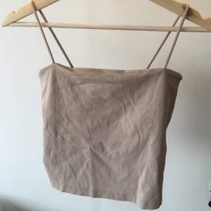 Säljer mitt Gina-linne i str M (passar mig som har str S också). Färgen syns mer på den andra bilden.            Kan mötas upp i Lund/Malmö eller frakta