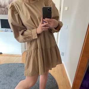 Säljer en beige somrig klänning som aldrig är använd. Den är i storlek 40 men passar även mig som har 36/38. Säljer den för 80kr+frakt