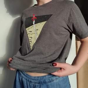 Jättegullig tshirt med rymd motiv från tintin (månen tur och retur) 🚀 Skickar gärna fler bilder! Köparen står för frakten som tillkommer på 49 kr 💫