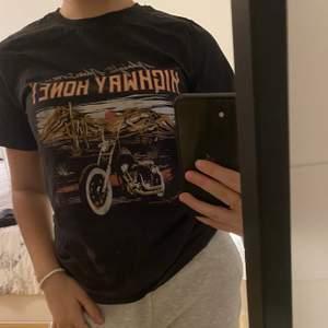 Säljer denna t-shirt ifrån ginatricot i storlek xs. Använts ungefär 5 gånger max, sitter jättebekvämt på och i mycket bra skick! 90kr + frakt!🖤