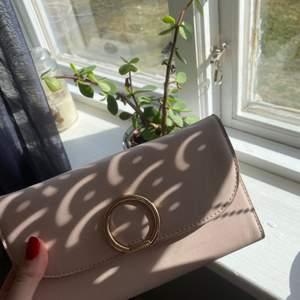 Säljer denna jätte fina plånboken i rosé 💕 sparsamt skick! frakt tillkommer
