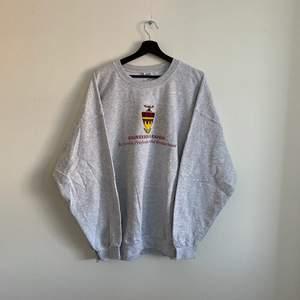 """Vintage """"Engineering leaders"""" sweatshirt, En tröja i väldigt bra skick och i storlek XXL. Hänvisa till modellen som är 190 cm."""