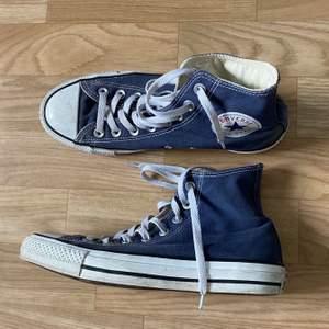 Jätte fina converse skor! Använda men bra skick strl  40❤️(Finns ett super litet hål på ens skon som knappt syns och de stör inte ögat på något sätt!) skorna är SÅLDA! men kolla gärna mina andra annonser!