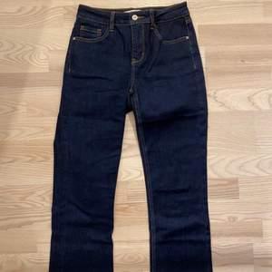 fina mörblå jeans i stretchigt material, i absolut nyskick då dom inte kommit till användning! köparen står för frakten.