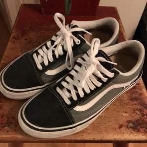 Vans Old Skool PRO skor som är väldigt lite använda. Mocka fram och bak annars tyg skor. PRO modellen är extra tålig och kraftig för att hålla.