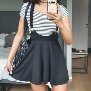 Sjukt snygg kjol!  Köpte den för jag tyckte den va så COOL men har bara blivit använd 1 gång och inte för något syfte direkt, (jag är 173cm) så den får flytta hem till någon annan, Ny pris 249:- 🖤🐈⬛