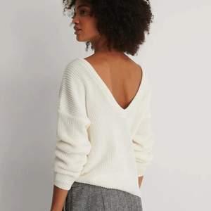 Säljer den populära Knitted Deep V-neck Sweater i färgen vit