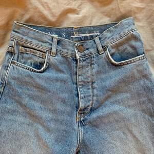 Blå mom jeans från bikbok i storlek S, säljer pga att de blivit för korta för mig som är cirka 172. Skriv för fler bilder, kan använda min lillasyster som modell om ni vill se hur dem ser ut på!
